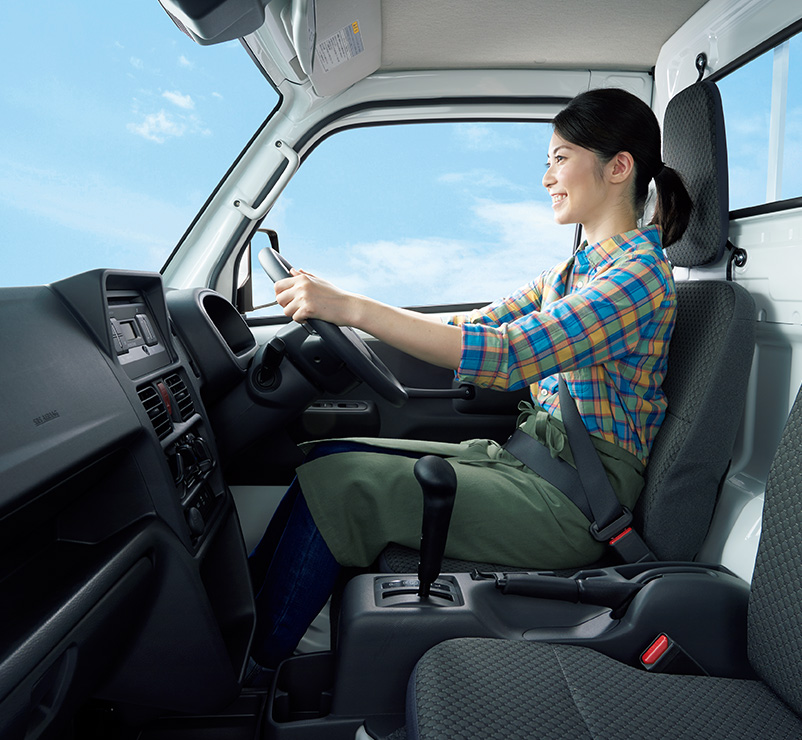 運転席側から見たキャリイの室内空間。ヘッドレストからフロントガラスまでゆとりある空間を確保。