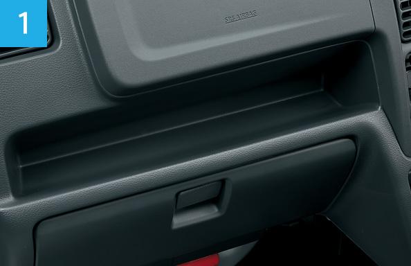 キャリイのインパネ、及び収納スペース。キャリイ KX 4WD 5MT車、ボディーカラーはシルキーシルバーメタリック(Z2S)。